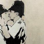 擁吻的英國警察 塗鴉賣得1750萬元