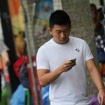 全民「低頭」 台灣使用行動上網比率達77%