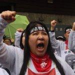 Hydis雨中苦行 赴何壽川宅邸抗議