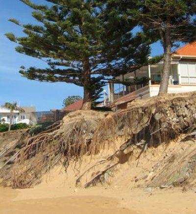 舊權力的瓦解就像地基被掏空的海岸。