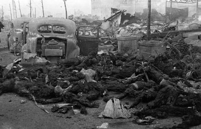1945年3月美軍轟炸東京後焦黑的日本民眾遺體。