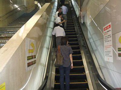 東京電扶梯。