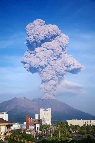 櫻島南岳火山口2009年噴發時的景象。(維基百科)