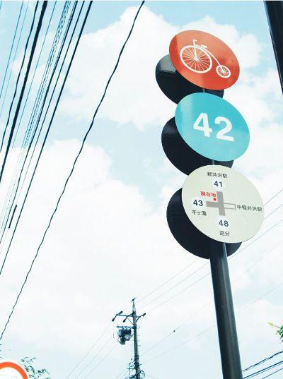 為腳踏車騎士設計的路標,模樣可愛、指引也很清楚。