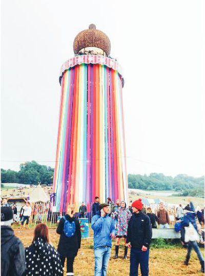 彩虹塔般的大型裝置藝術,醒目地矗立在會場,常是大家相約的集合點。