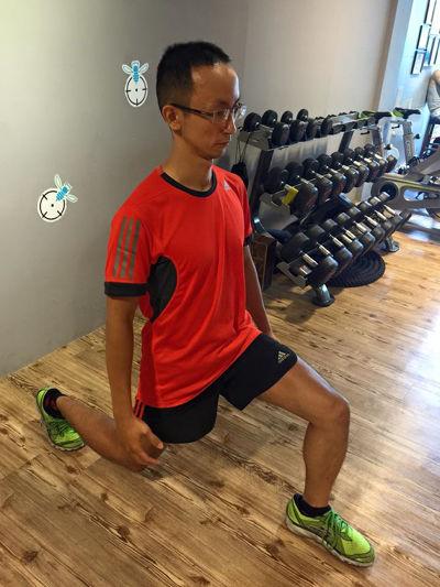 最簡單的弓箭步深蹲,能鍛鍊下半身肌肉,但注意膝蓋要垂直。
