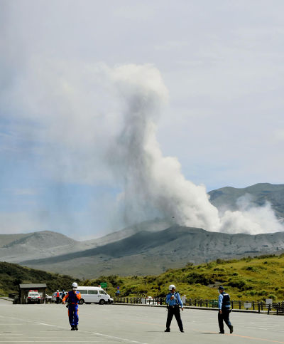 日本九州熊本縣阿蘇山14日發生噴發(美聯社)