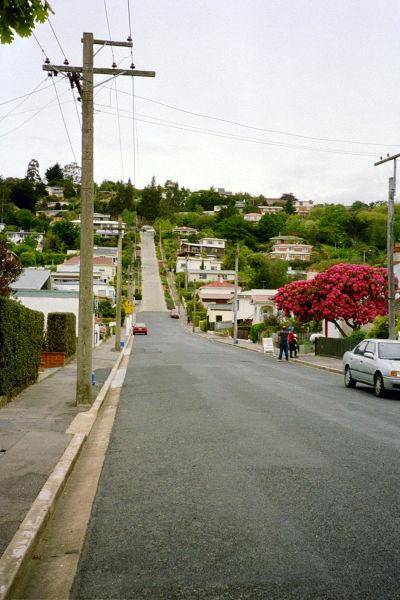 從街道入口往斜坡部分望去,可以看到瀝青和混凝土的交接點 圖/Dabbelju@wiki
