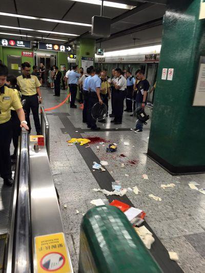 港鐵佐敦站砍人。(翻攝香港突發事件報料區臉書。Patrick Ho張貼)