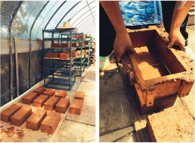 用泥土壓製的土磚,整齊擺放待建造使用。