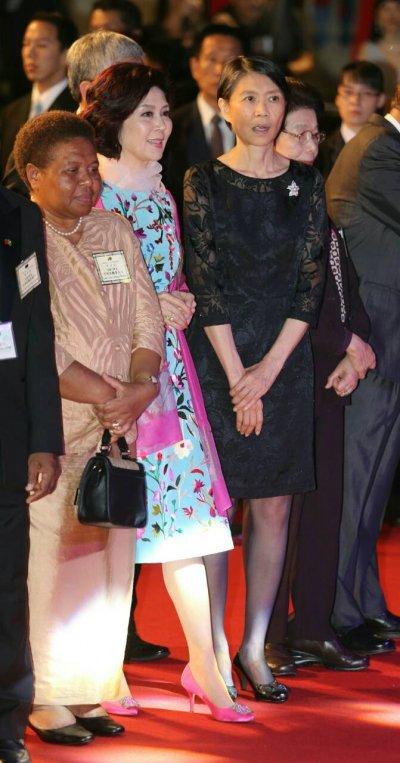 第一夫人周美青(右)與知名藝人白嘉莉參加104年國慶酒會(陳明仁攝)