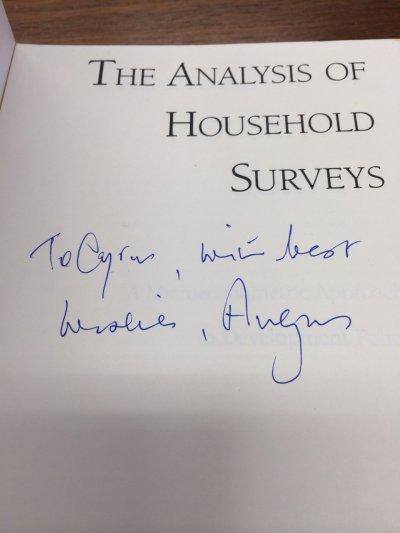 諾貝爾經濟學獎得主Angus Deaton曾經來台,並贈書給中研院院士朱敬一留念。