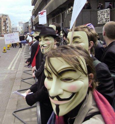 戴著蓋福克斯面具參加倫敦示威活動的「匿名者」成員(維基百科)