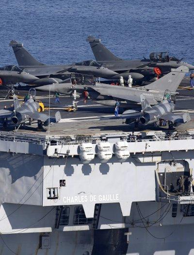戴高樂號核動力航空母艦與艦載主力「疾風」戰機。(美聯社)