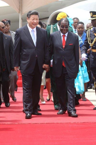 習近平訪問辛巴威,右為辛國總統穆加貝。(美聯社)