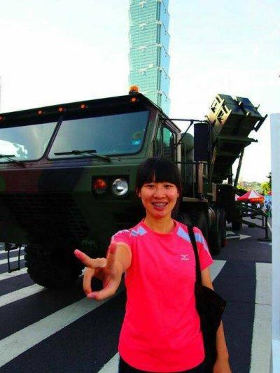 子玲背後是國軍戰力展示活動一路從新店營區開到臺北市區的飛彈牽引車。(圖/彭子玲提供)