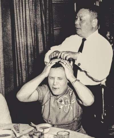蔣經國與蔣方良蔣經國於少年時期留俄,奠定其往後的樸實作風。圖為蔣經國於家庭聚會中做出為妻子洗頭狀,留下兩人珍貴的互動一景。(時報出版提供)