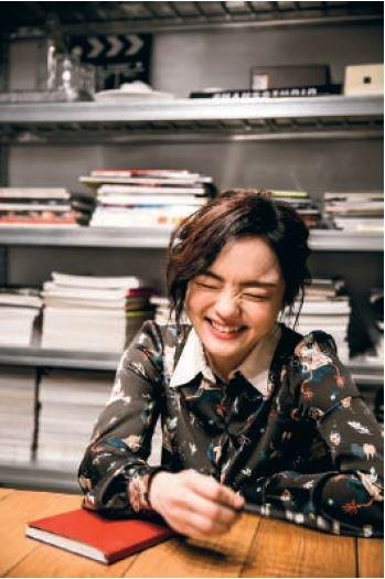 私下的徐佳瑩,愛笑也愛逗人笑,天真的樣子是她的光明面。