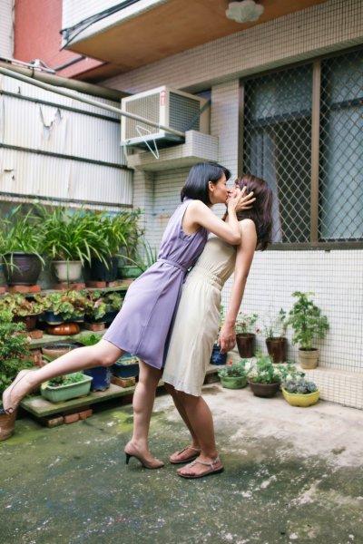 與妹妹的吻,試探家人間對於肢體的開放程度。(攝影師/人間猫)