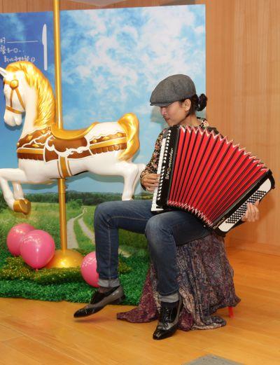 歌手演奏草地野餐音樂。(圖/新北市觀光旅遊局提供)