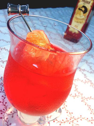 侯力元的「赫菲斯托斯」。用血紅艾畢斯苦艾酒調出火般烈紅,加上威士忌、金門高粱、清酒等穀物酒打底,香甜果味則來自青蘋果與杏桃香甜酒。(圖/二魚文化提供)