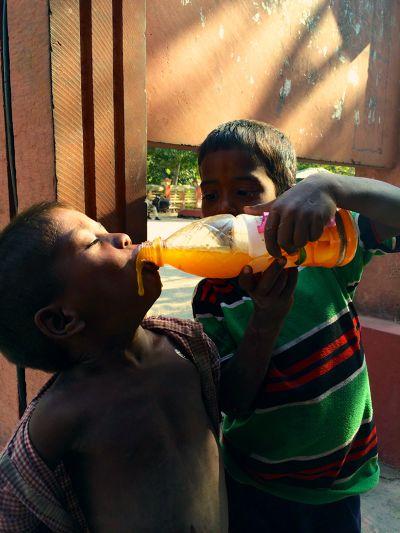 印度小哥哥餵弟弟喝果汁