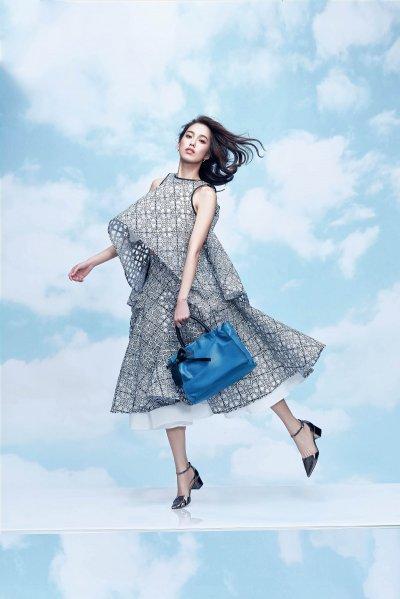 陳庭妮以俏皮姿態演繹borsalini「舞動波浪系列」包款。(圖/borsalini提供)