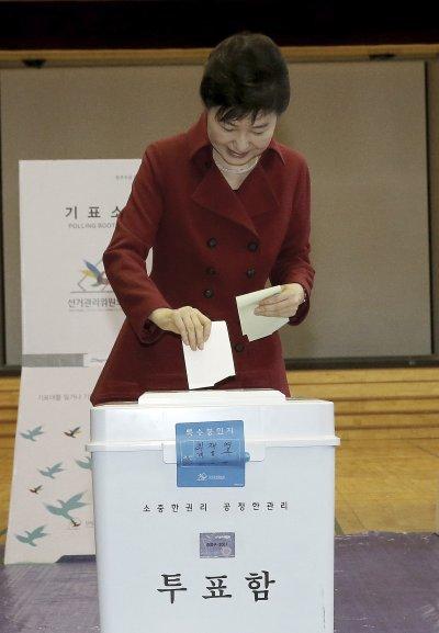 南韓總統朴槿惠13日投下自己的一票。(美聯社)南韓國會大選