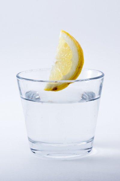早上一杯水,能迅速補充睡眠時流失的水分。(圖/Pixabay)