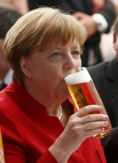 德國總理梅克爾在因哥爾斯塔特暢飲啤酒。(美聯社)
