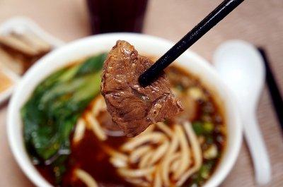 以往在台北市東區大排長龍的沾美美食以傳統牛排為主,而在桃園機場不但能吃到限定的牛肉麵,旅客們不用久候排隊就能享受道地美食。(圖/桃園機場提供)
