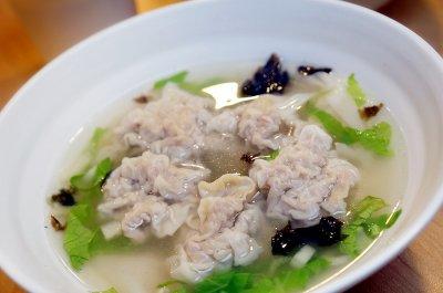 位在第二航廈B2的「浮雲遊子大餛飩」讓旅客吃得到最道地的大餛飩湯,還有各式湯包等台式小吃。(圖/桃園機場提供)
