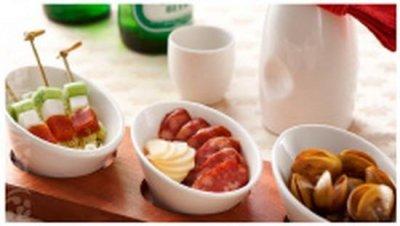 「青葉食堂」的「下酒菜拼盤」不但有鹹香的烏魚子,更有台味十足的香腸,讓旅客們能一嚐正統的台灣味。(圖/青葉食堂-桃園機場店@facebook)