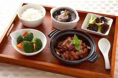 「青葉食堂」的「三杯雞套餐」,讓旅客吃到正統的台灣味。(圖/桃園機場提供)