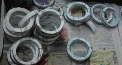 人造翡翠的原料為俗稱的石頭料,沒水、沒底、沒色。(圖/中華書局提供)