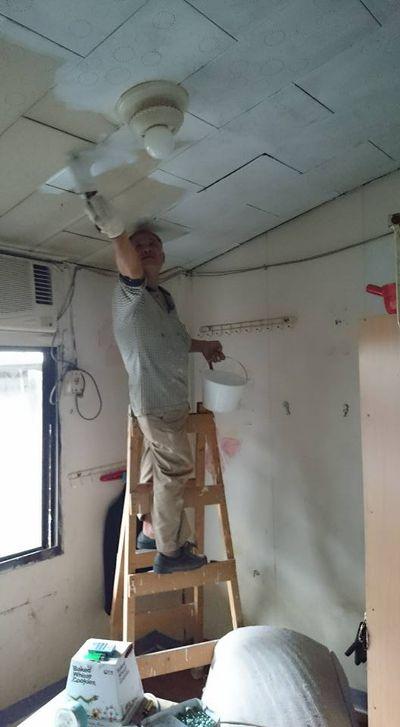油漆師傅正在上天花板的漆。(圖/起家工作室KIGE@facebook)
