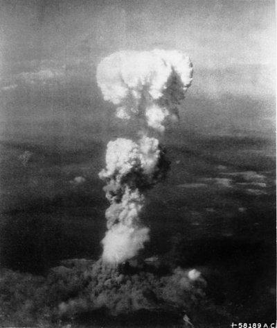 原子彈「小男孩」引爆後所產生的蕈狀雲。(圖/維基百科)