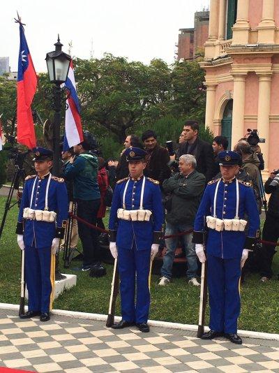 總統蔡英文前往巴拉圭總統府拜見並受勳。(顏振凱攝)