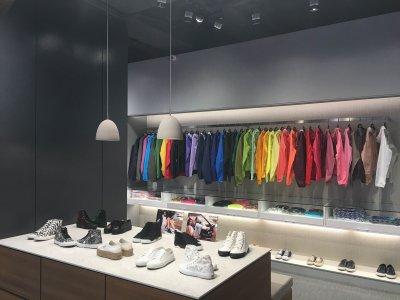 「K+S」結合運動休閒與時尚,使用大量沈穩色調帶來高端的現代感,並巧妙將硬地網球場融入店中。(圖/K+S提供)