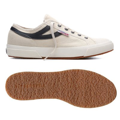 Panatta Sport 系列復刻1970年代網球鞋,鞋身兩側有極具流線感的燕尾皮質標誌,展現優雅質感。(圖/Superga提供)