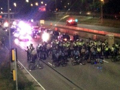 9日聖保羅市抗議傳群眾攻擊警察,100人遭逮捕。(美聯社)