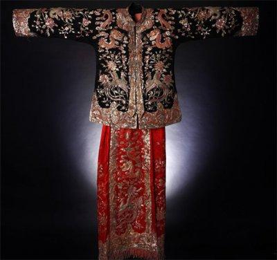 現在的龍鳳褂是紅衣紅裙,但早年卻是黑衣紅裙(袖子有一點寬鬆喔,不是緊身的,像上面那張照片,花紋也請參考上面那張圖。)(圖/旅讀中國提供)