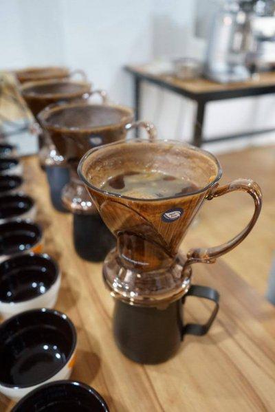 吳則霖煮製出來的咖啡,香味四溢。 (圖/取自粉絲專頁The Lobby Of Simple Kaffa | Hotel V)