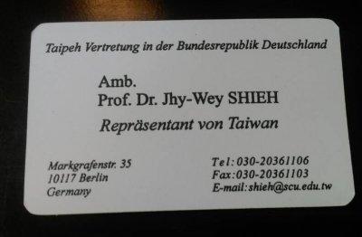 謝志偉拿出自己的新名片,上頭印有德文書寫的「Repräsentant von Taiwan」(台灣代表)。謝志偉強調,他代表的就是台灣,不是「中華台北」或「台北代表處」。(周怡孜攝)