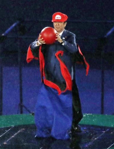 日本首相安倍晉三扮成瑪利歐參與里約奧運閉幕活動。(美聯社)