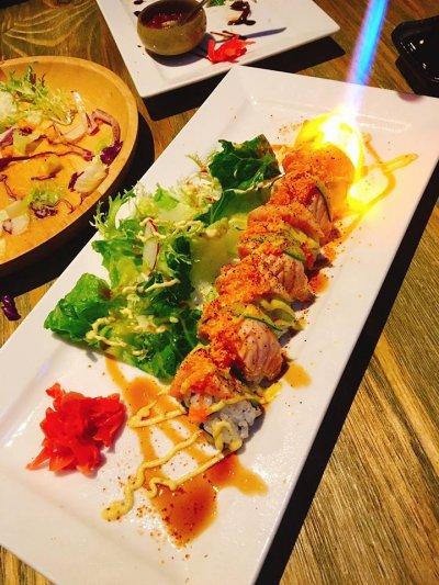 日式料理融入美式元素,超精采的桌編秀讓人驚呼連連。(圖/Swing / 花酒藏 Bar & Restaurant@facebook)