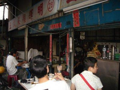 「明輝雜菜攤」偶而也常吸引年輕的嚐鮮饕客,至此大快朵頤一番。(陳奕齊攝)