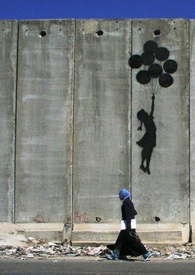 以色列在巴勒斯坦地區築起隔離牆,巴勒斯坦人在上面畫滿塗鴉,表達對自由的渴望。(圖/Wall_in_Palestine@flickr)