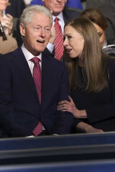 希拉蕊的丈夫比爾.柯林頓與女兒雀兒喜都在場下觀看辯論。(美聯社)