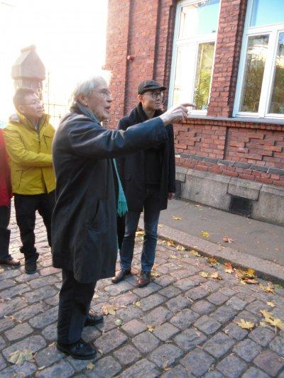芬蘭建築大師列文斯卡(中)親為田中央建築師黃聲遠等人解說他的作品。(馬萱人提供)